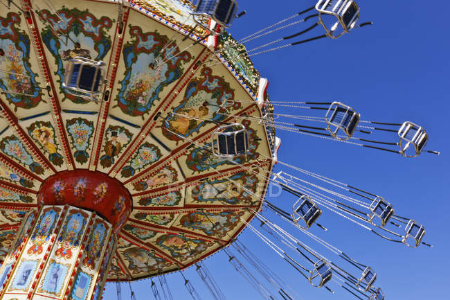 Low angle view of chain swing ride against blue sky at Fair Park in Dallas, Texas, USA — Foto stock