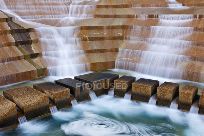 Water garden with wooden steps in Fort Worth, Texas, USA — Foto stock