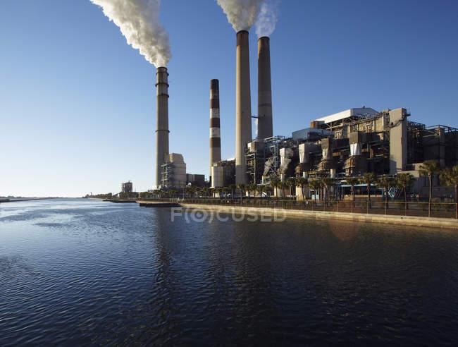 Fumée provenant de cheminées dans une usine industrielle sur la plage, Apollo Beach, Floride, États-Unis — Photo de stock