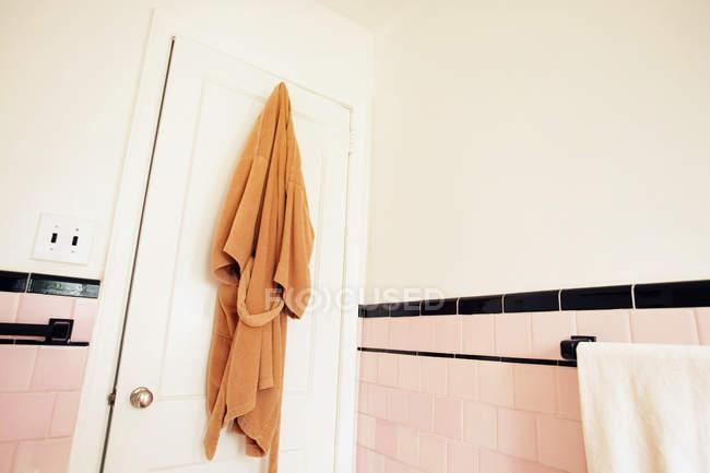 Батроб висит на двери ванной — стоковое фото