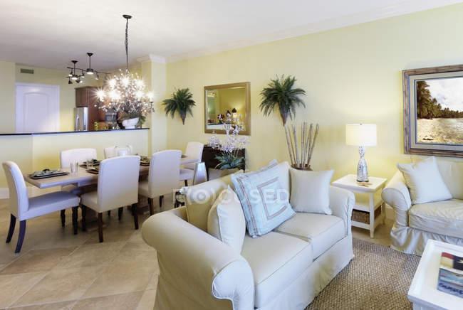 Wohnzimmer und Esszimmer in gehobenem Haus, Palmetto, Florida, USA — Stockfoto
