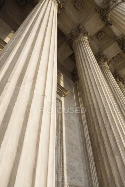 Vista de baixo ângulo de colunas da Suprema Corte, Washington DC, EUA — Fotografia de Stock