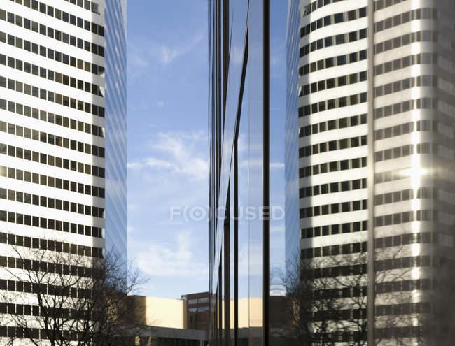 Edifícios de escritórios modernos arranha-céus com reflexão da luz solar em Denver, Estados Unidos da América — Fotografia de Stock