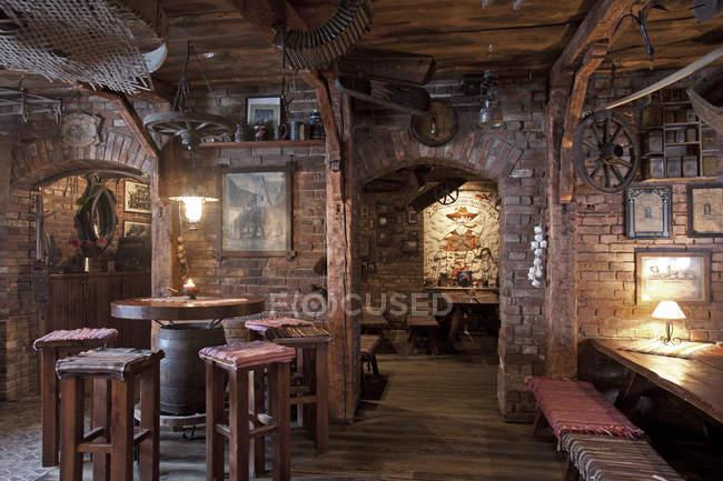 Rustikale Restaurantbestuhlung mit Ziegelwänden und klassischem Dekor — Stockfoto