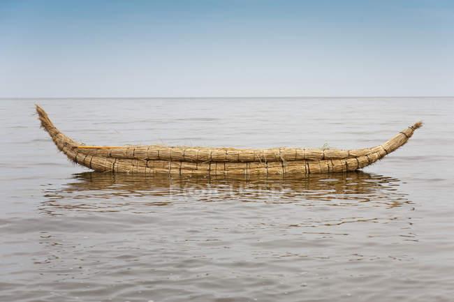 Kayak fatto di canne galleggianti sull'acqua — Foto stock