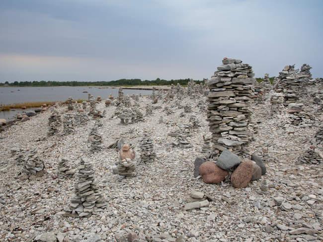 Tours et pieux de pierre sur une plage rocheuse, Estonie, Europe — Photo de stock