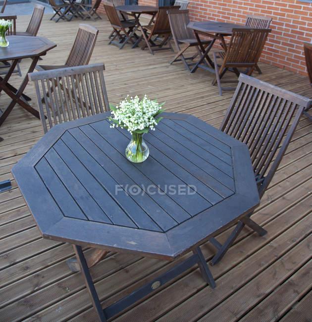 Tables et chaises sur la terrasse extérieure de l'hôtel — Photo de stock