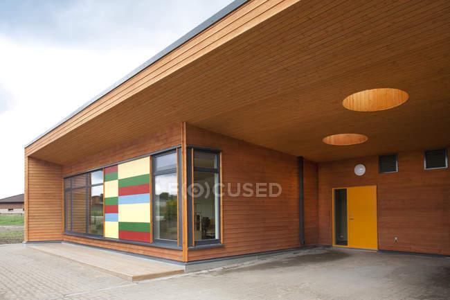 Escola primária moderna fachada de entrada do edifício — Fotografia de Stock