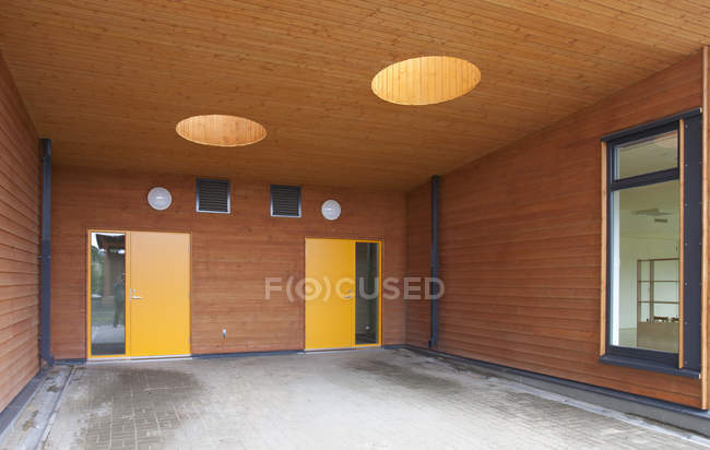 Contemporary entrance with lights of elementary school building — Stock Photo