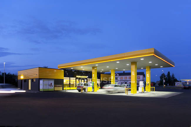 Moderna stazione di servizio a Tartu, Estonia — Foto stock