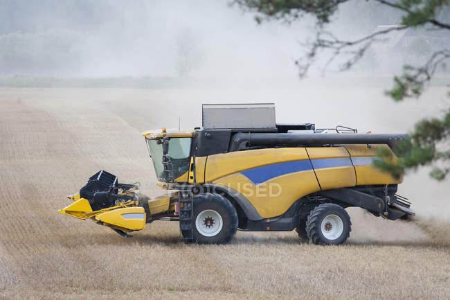 Современный комбайн, работающий в поле, Эстония — стоковое фото