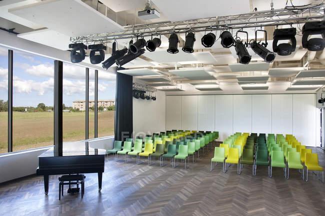Chairs and grand piano in empty room, Estonia — Stock Photo