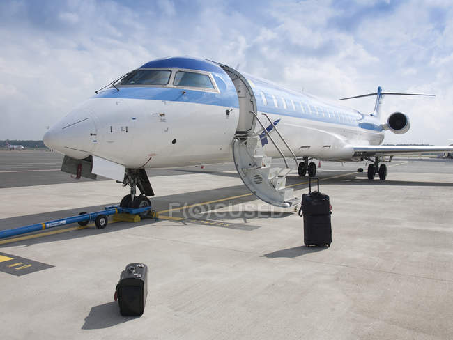 Maletas fuera de jet privado en el aeropuerto de Tallin, Estonia - foto de stock