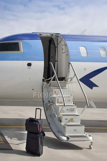 Bagagem perto de degraus de avião no aeroporto de Tallinn, Estónia — Fotografia de Stock