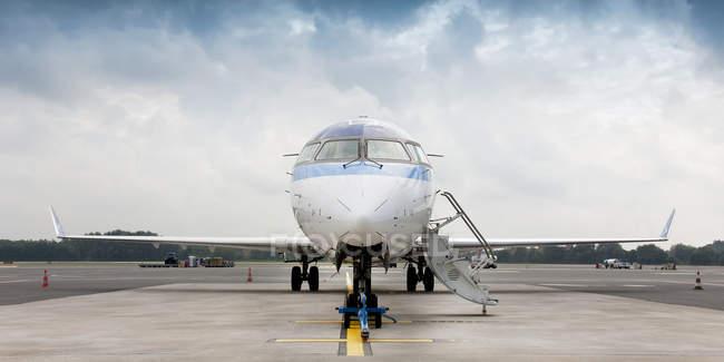 Jet privado en asfalto en el aeropuerto de Tallin, Estonia - foto de stock