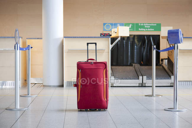 Luggage at airline check-in counter of Tallinn airport, Estonia — Stock Photo