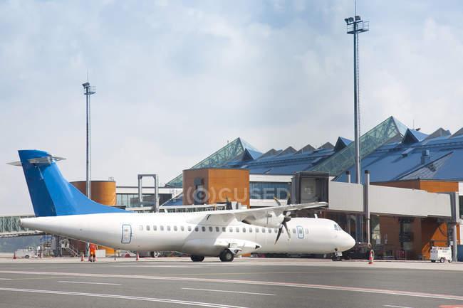 Avion de transport à l'extérieur de l'aéroport de Tallinn, Estonie — Photo de stock