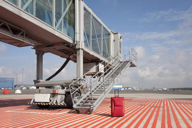 Maleta fuera de pasajeros del aeropuerto embarque puente en el aeropuerto de Tallin, Estonia - foto de stock