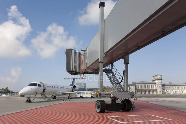 Boarding bridge leading to parked plane in Tallinn airport, Estonia — Stock Photo