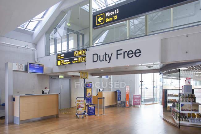 Duty free знак в аэропорта пустой аэропорта Таллин, Эстония — стоковое фото