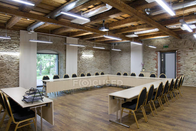 Table en forme de L dans la salle de conférence, Vihula Manor, Estonie — Photo de stock