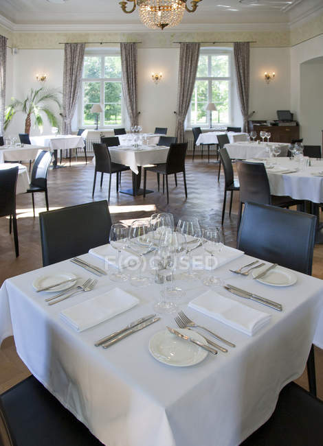 Place settings on tables in luxury restaurant, Vihula Manor, Estonia — Stock Photo