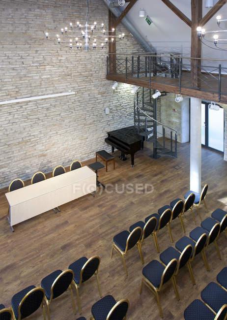 Asientos de sala de conferencia con filas de sillas en Estonia - foto de stock