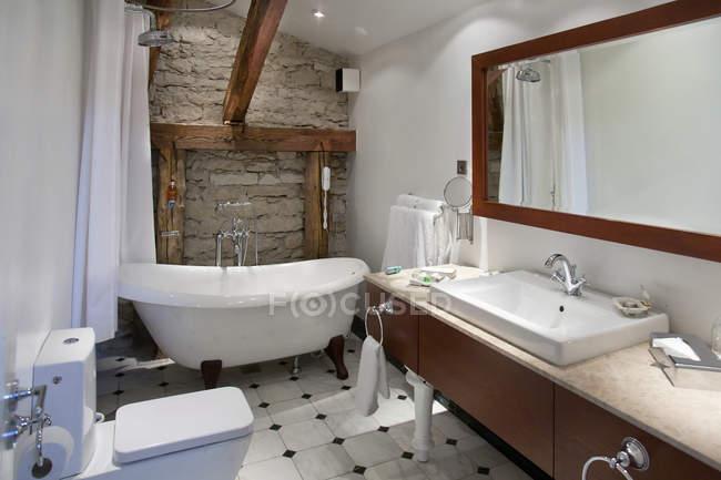 Modern luxury bathroom, Pdaste Manor interior, Estonia — Stock Photo