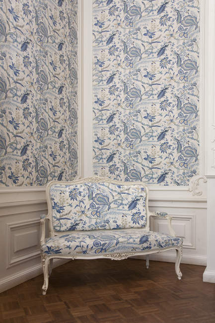 Sofá de asiento de amor en la esquina, Castillo de Alatskivi, Estonia - foto de stock