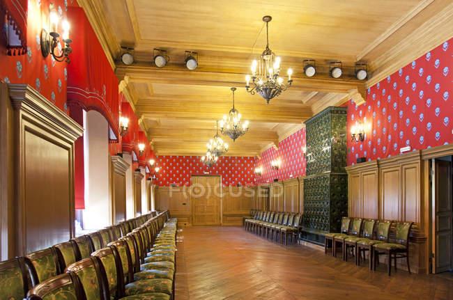 Eleganter Korridor mit Stuhlreihen in der Burg Alatskivi, Estland — Stockfoto