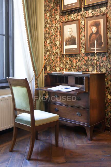 Old fashioned desk and chair in Alatskivi Castle, Estonia — Stock Photo