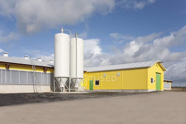 Сарай і елеваторів в автоматизованих молочній фермі в Естонії — стокове фото