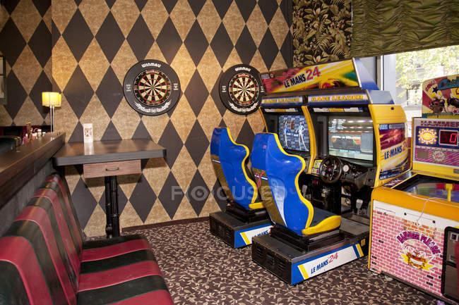 Máquinas de jogo de arcade no American diner, Tallinn, Estónia — Fotografia de Stock