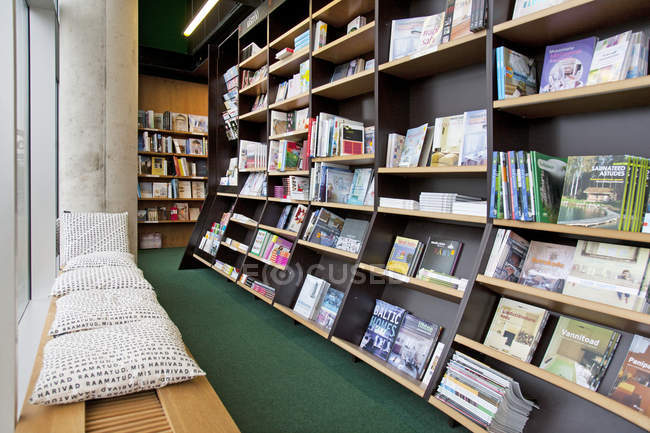 Librería lectura Banco y estantes con libros - foto de stock