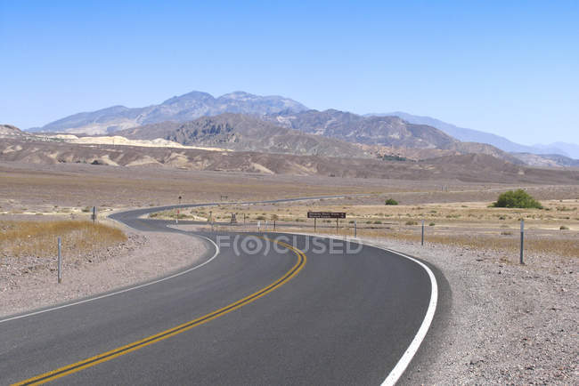 Camino a través del Death Valley en California, Estados Unidos - foto de stock
