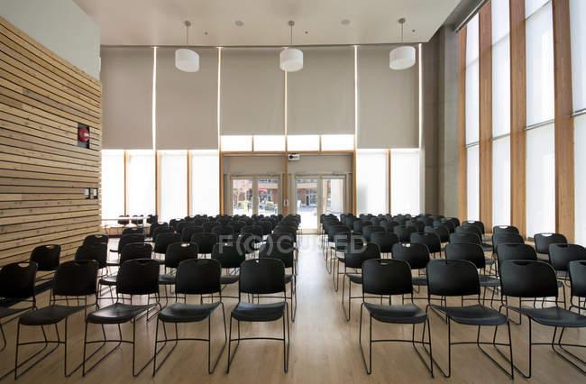 Linhas de cadeiras na sala de auditório vazio — Fotografia de Stock