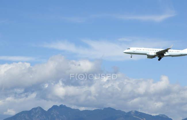 Коммерческого авиалайнера в ближайшие для посадки в синем небе облачно в Ванкувере, Канада — стоковое фото