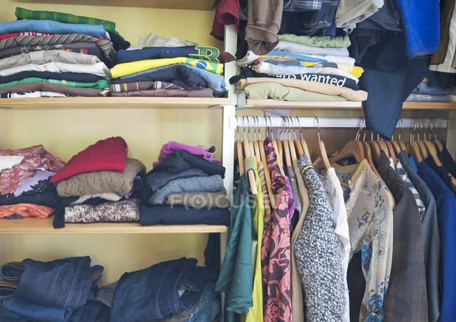 Шафа, повний різних предметів одягу в приміщенні у Ванкувері, Канада — стокове фото