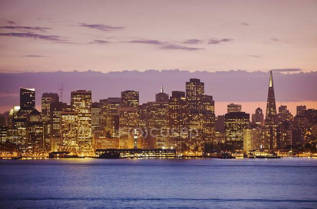 Skyline di San Francisco con luci della città di notte, California, Stati Uniti — Foto stock