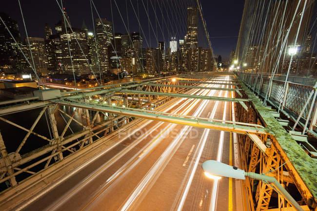 Ponte che porta a New York illuminato in centro, USA — Foto stock