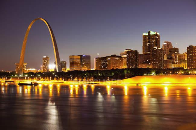 Illuminated St Louis skyline with glowing arch, Missouri, USA — Stock Photo