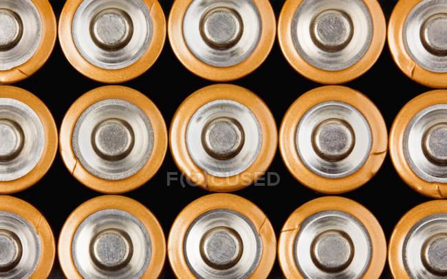 Ряды промышленных батарей АА, полный каркас — стоковое фото