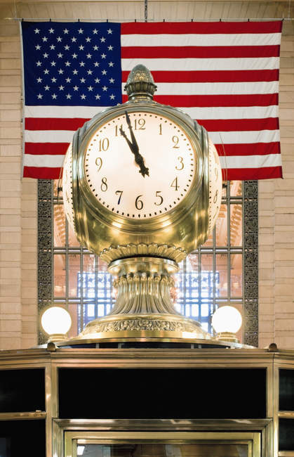 Old clock in front of US American flag — Stock Photo