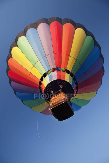 Hot air balloon in flight against blue sky — Stock Photo