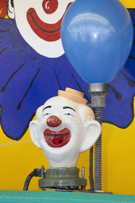 Machine de jeu clown ballon carnaval au parc d'attractions — Photo de stock