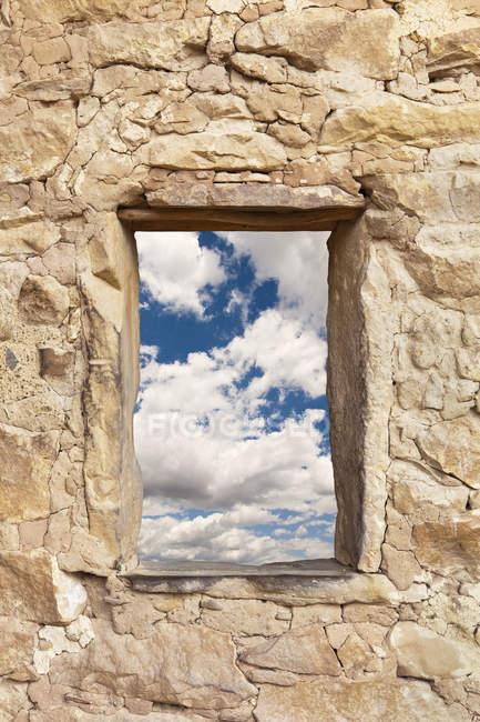Janela de pedra, mostrando o céu nublado, Mesa Verde, Colorado, EUA — Fotografia de Stock