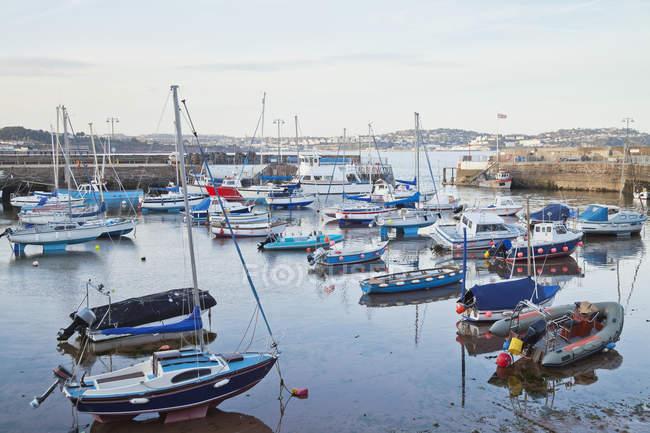 Buques atracados y los barcos en Puerto de Inglaterra, Reino Unido - foto de stock
