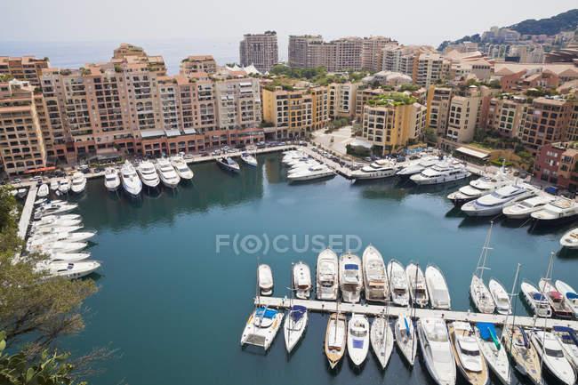 Barcos amarrados y embarcaciones en el puerto de Mónaco - foto de stock
