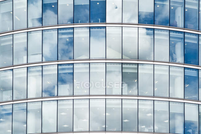 Wolken reflektieren Bürogebäude Windows, London, England, Uk — Stockfoto