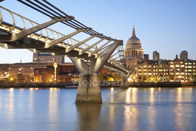 Millennium Bridge et St Pauls Cathedral au coucher du soleil, Londres, Angleterre, Royaume-Uni — Photo de stock